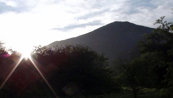 朝の男体山